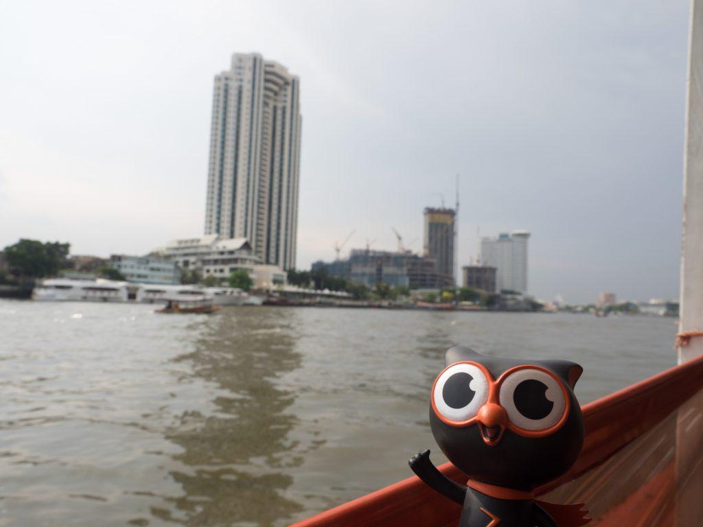 チャオプラヤ川の水上バスでクルージング気分が味わえます