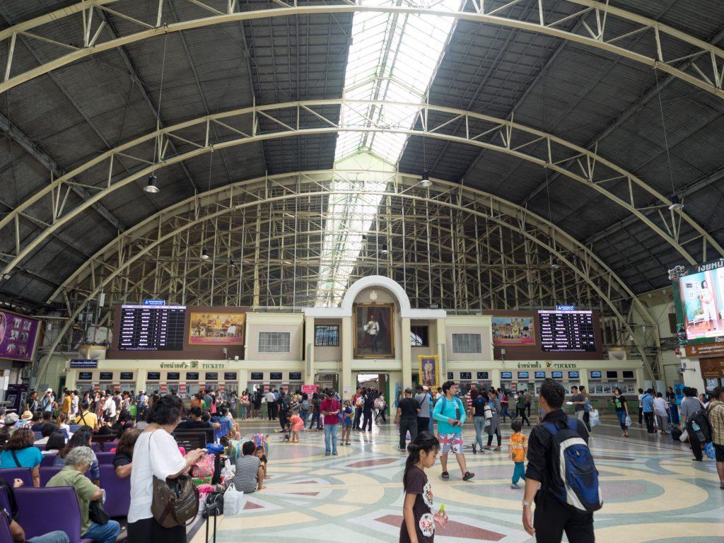 タイ鉄道の中心となるフアランポーン駅